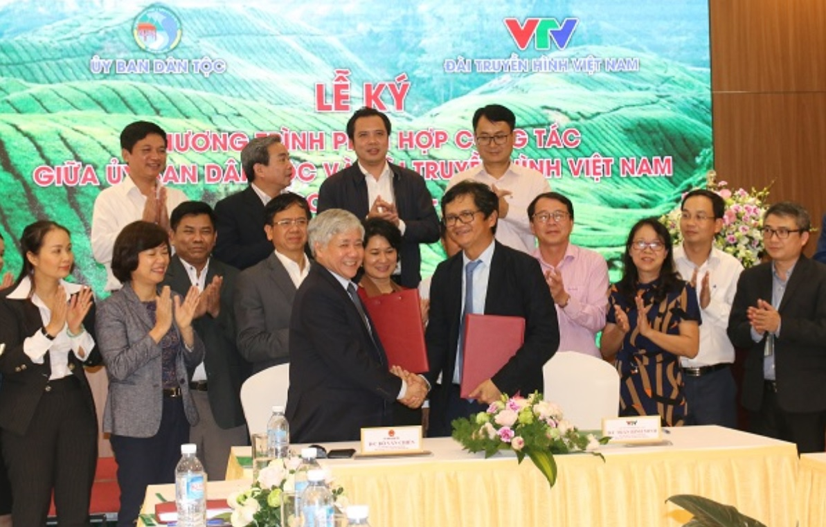 Bộ trưởng, Chủ nhiệm UBDT Đỗ Văn Chiến và Tổng Giám đốc ĐTHVN Trần Bình Minh kí kết Chương trình phối hợp