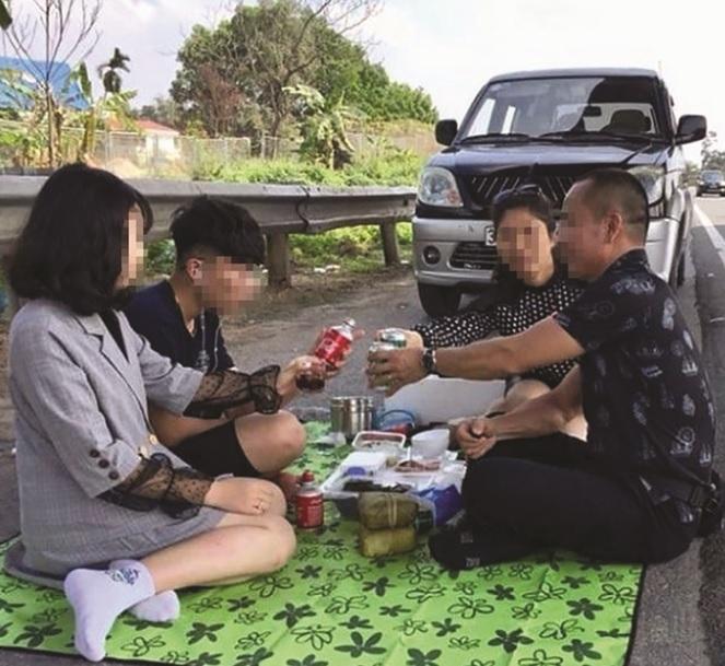 Nhiều người tụ tập ăn uống vô tư trên cao tốc Nội Bài-Lào Cai.
