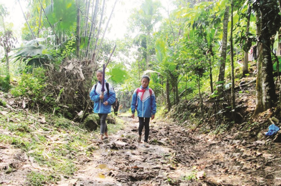 Hằng ngày, Thảo (bên phải) phải đi bộ gần 2km để đến trường.