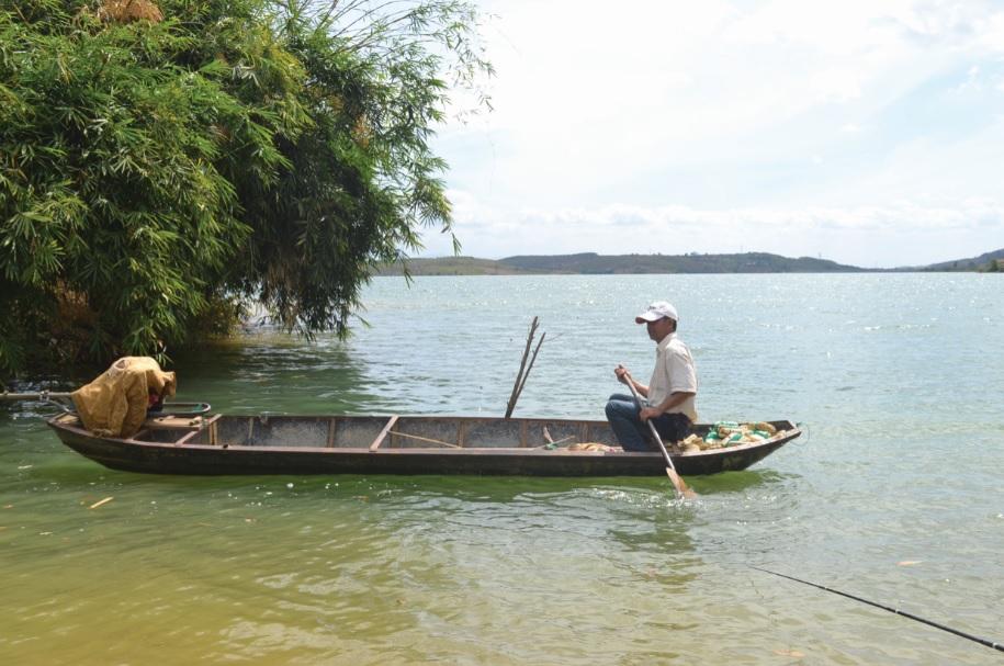 Anh A Giáp, Trưởng thôn Đăk Tăng hàng ngày vẫn đánh bắt cá trên lòng hồ để tăng thu nhập gia đình.