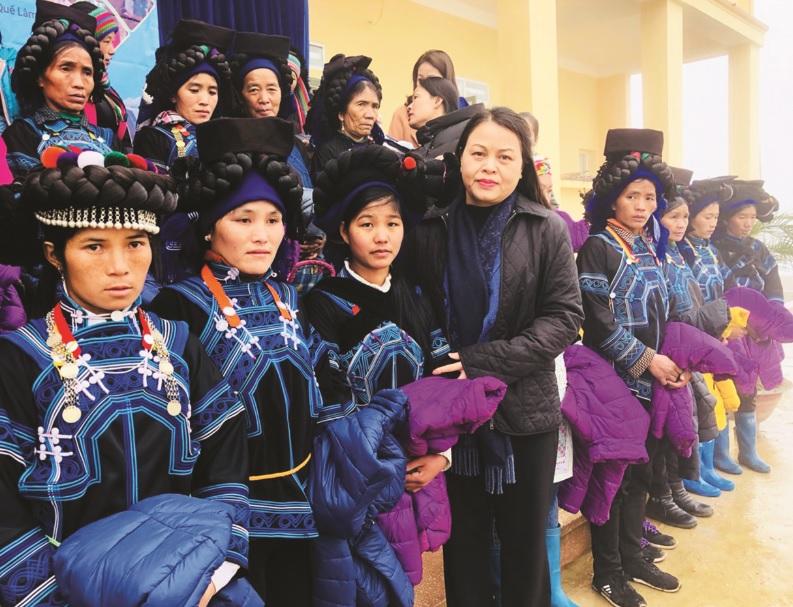 Chủ tịch Hội LHPN Việt Nam Nguyễn Thị Thu Hà tặng áo ấm cho phụ nữ xã biên giới Y Tý (Bát Xát, Lào Cai) dịp Tết Kỷ Hợi (ngày 17/1/2019).