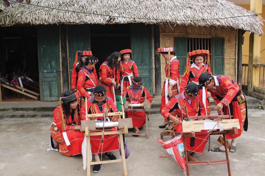 Các nghệ nhân dệt thổ cẩm truyền thống tại HTX dệt thổ cẩm truyền thống thôn My Bắc, xã Tân Bắc.