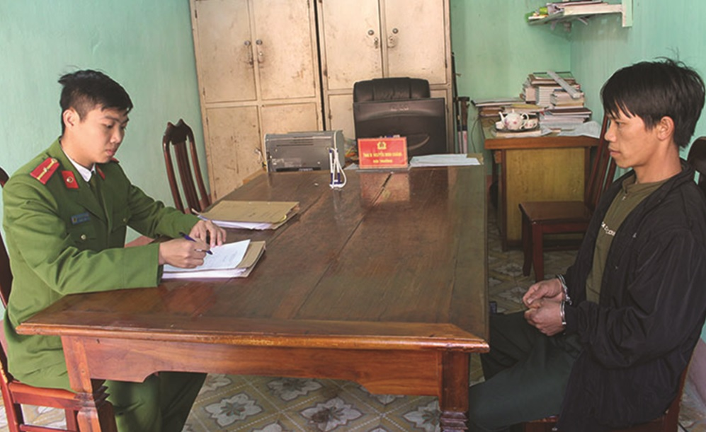Cán bộ Ðội Ðiều tra tổng hợp (Công an huyện Mường Chà) lấy lời khai của đối tượng Hờ A Chớ trong vụ án hủy hoại tài sản công dân trên địa bàn xã Sá Tổng.