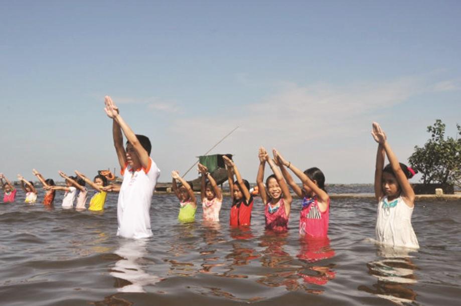 Trẻ em cần được học bơi để phòng tránh đuối nước.