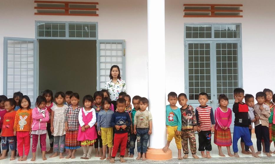 Cô và trò điểm trường mẫu giáo Cư Rang vui mừng được học trong căn phòng khang trang.