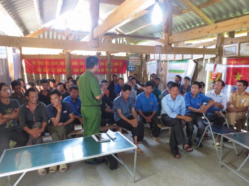 Công an huyện Điện Biên Đông tổ chức tuyên truyền về các thủ đoạn hoạt động của tội phạm mua bán người cho đồng bào DTTS.