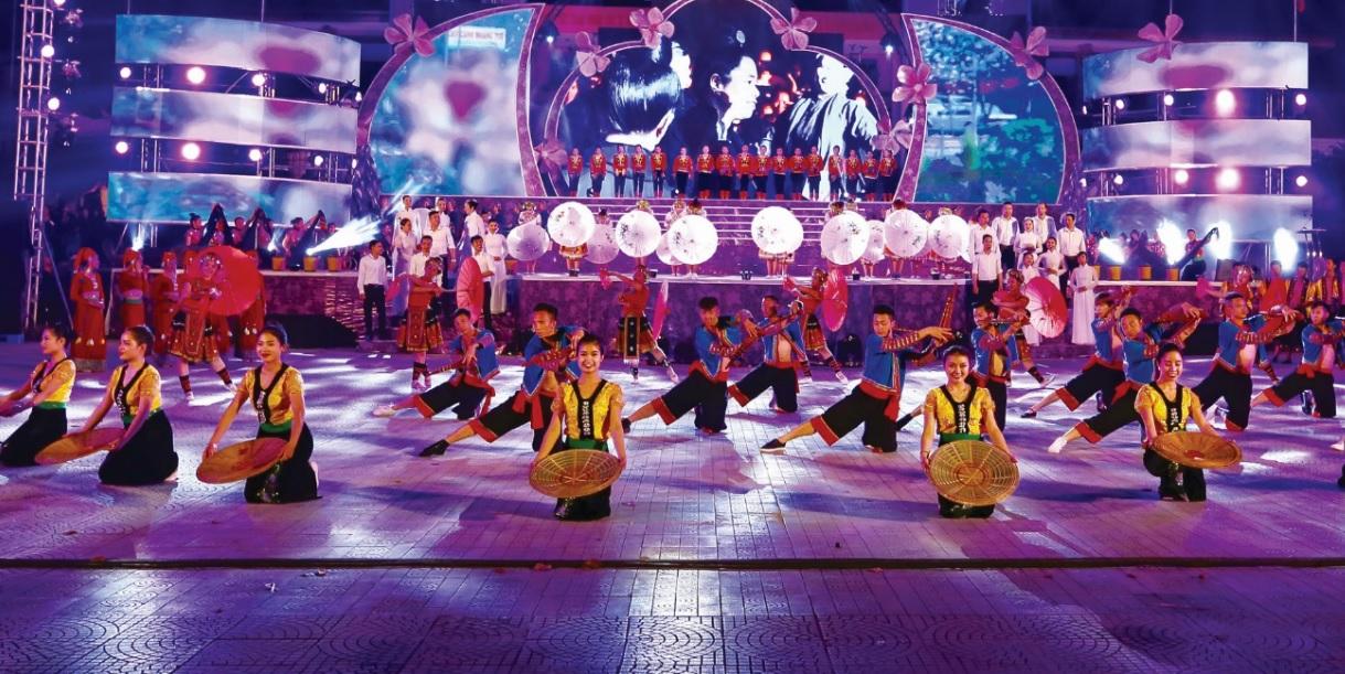"""Đêm Khai mạc Lễ hội Hoa Ban diễn ra tại Quảng trường 7/5 với chương trình nghệ thuật """"Hoa Ban rạng rỡ đất Mường Thanh""""."""