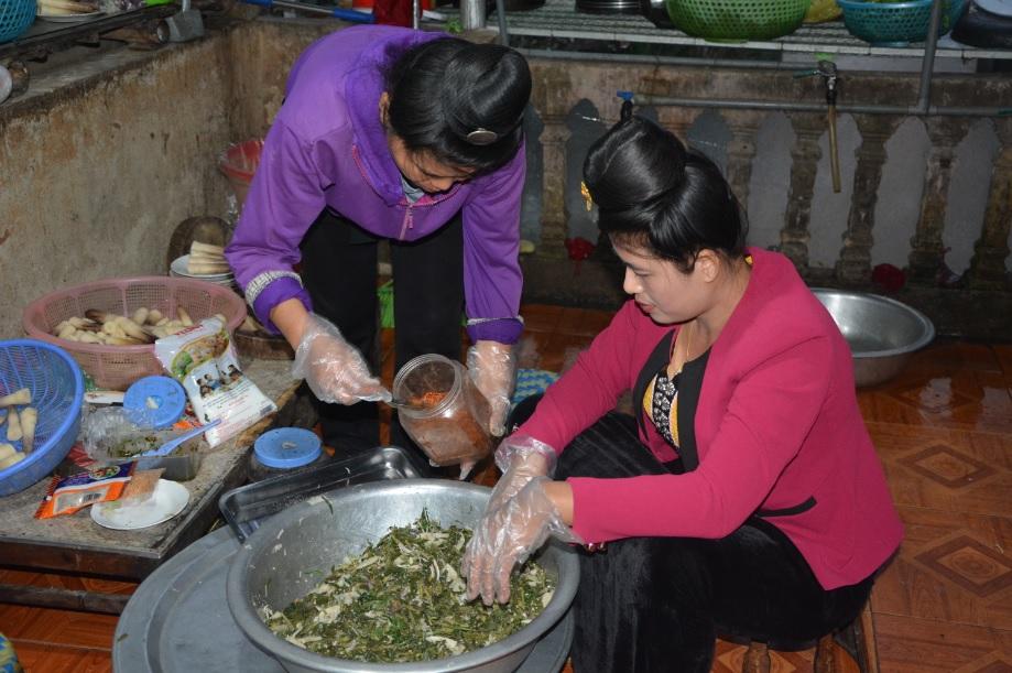 Người dân địa phương chế biến món ăn truyền thống.