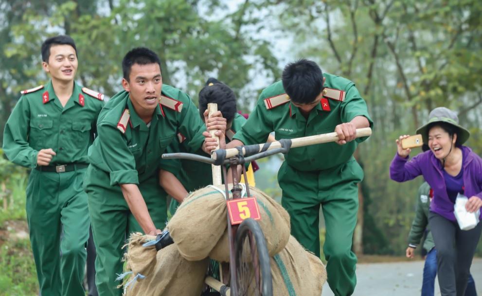 Thi đẩy xe đạp thồ lên chân Tượng đài Chiến thắng Điện Biên Phủ.