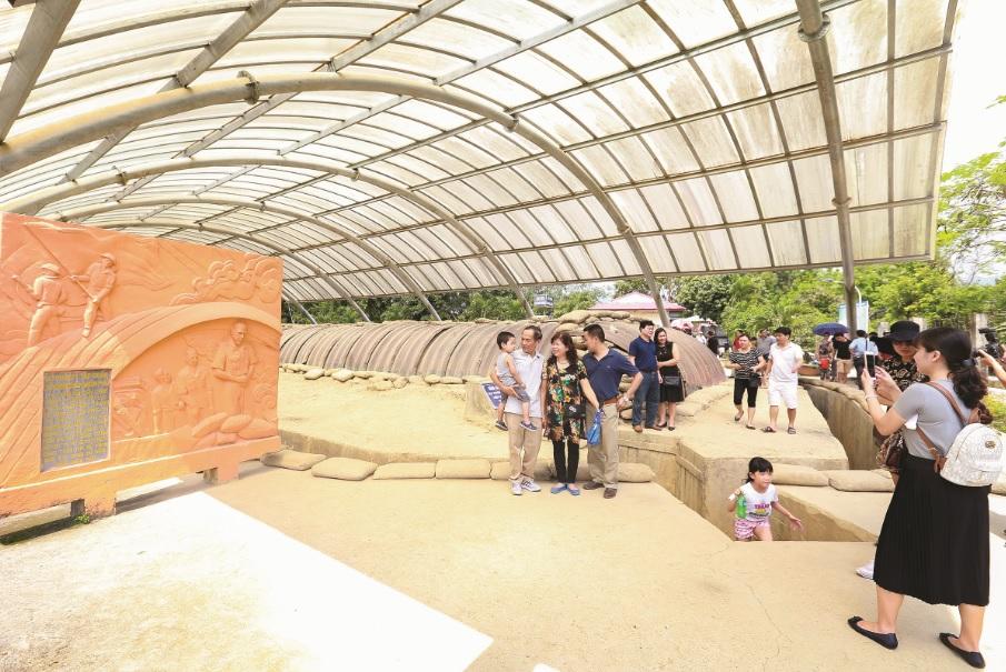 Đông đảo du khách đến thăm quan các điểm di tích lịch sử nhân dịp diễn ra Lễ hội Hoa Ban..