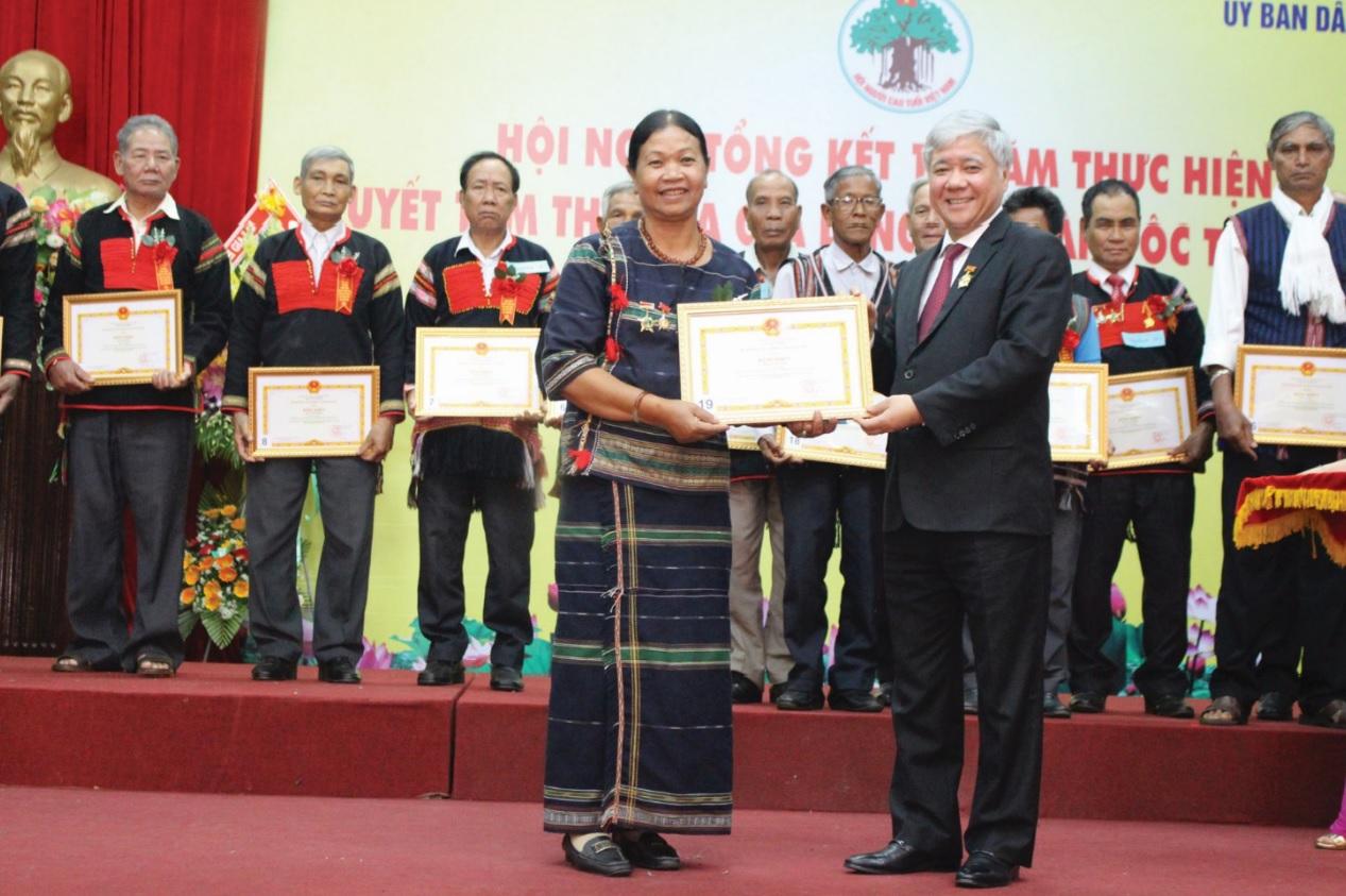 Bộ trưởng, Chủ nhiệm UBDT Đỗ Văn Chiến tặng Bằng khen các Già làng tại Hội nghị Tổng kết 10 năm thực hiện Quyết tâm thư của Già làng các dân tộc Tây Nguyên.