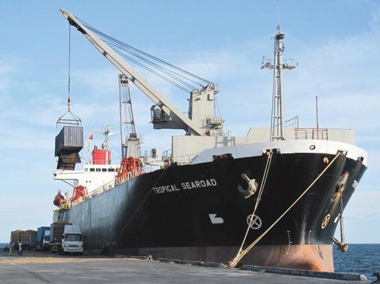 Tàu trọng tải lớn cập cảng Hòn La bốc dỡ hàng.