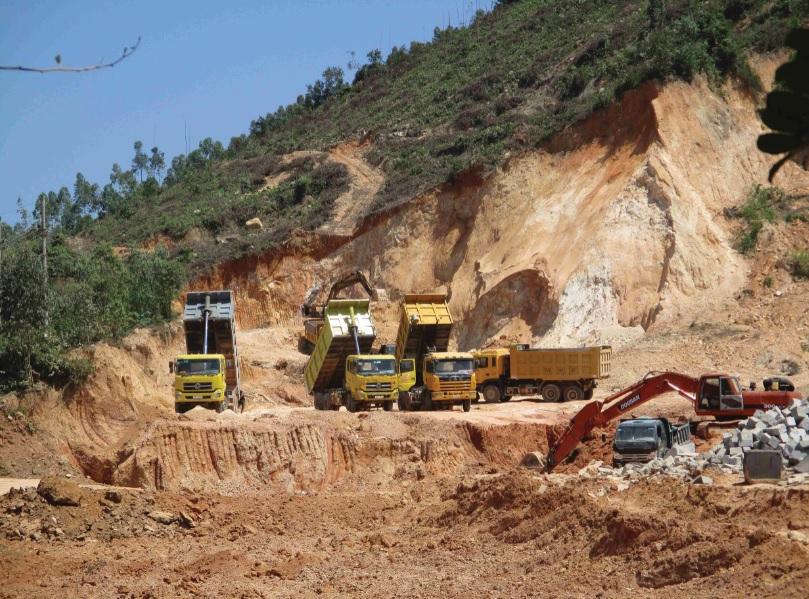 Tình trạng khoét núi lấy đất đang diễn ra rầm rộ ở Bình Định nhưng việc quản lý tài nguyên của chính quyền địa phương quá lỏng lẻo.