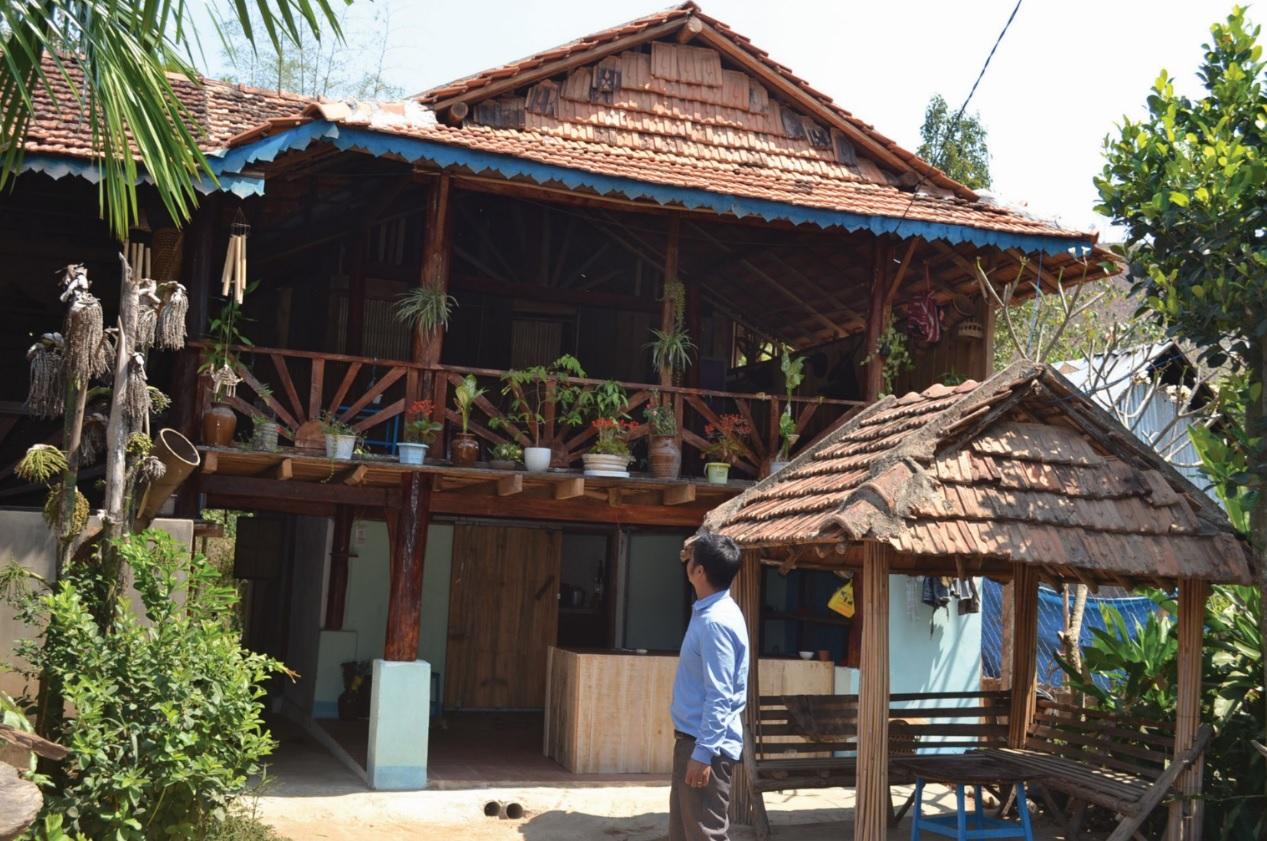 Ngôi nhà bà Y Na thường xuyên có nhiều khách tây đến thăm quan nghỉ lưu trú.