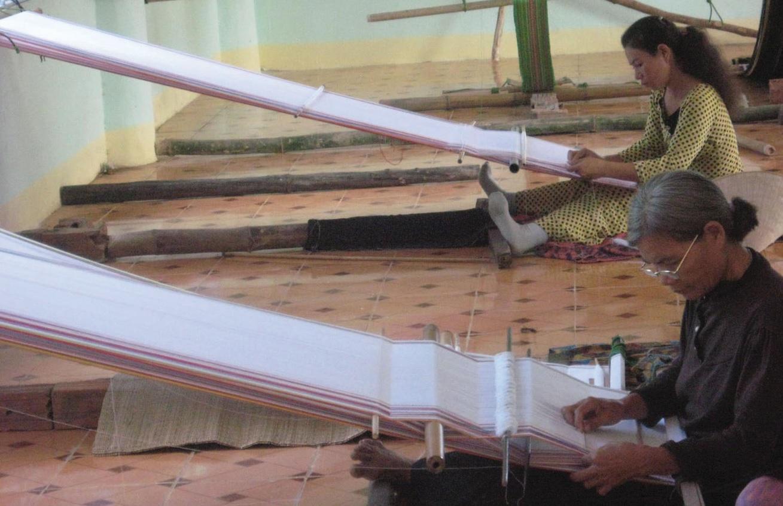 Chị em phụ nữ Ba Na ở thôn Kon Kơ Tu cần mẫn duy trì nghề dệt thổ cẩm.