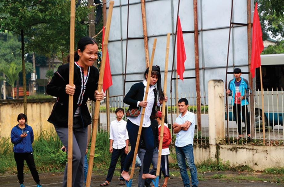 Hội thi đi cà kheo của đồng bào Bru-Vân Kiều ở Đăkrông (Quảng Trị) vđược tổ chức trước Tết Nguyên đán Kỷ Hợi.