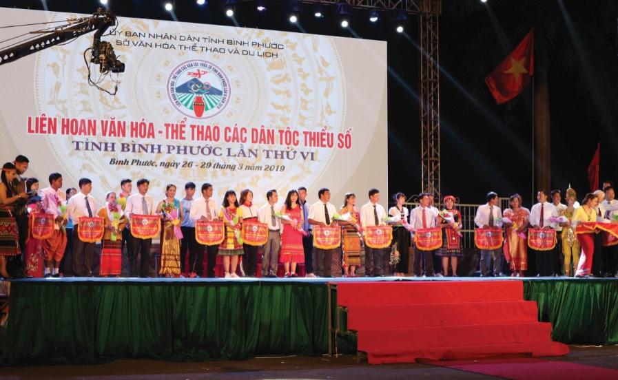 Ban Tổ chức trao Cờ lưu niệm cho các đoàn tham dự Liên hoan.