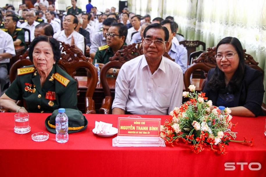 Đại tá Phạm Thị Minh Lý, Anh hùng lực lượng vũ trang nhân dân (bên trái) dự gặp mặt cán bộ cao cấp nghỉ hưu nhân kỷ niệm Ngày Thành lập Quân đội nhân dân Việt Nam tại Bộ CHQS tỉnh Sóc Trăng.