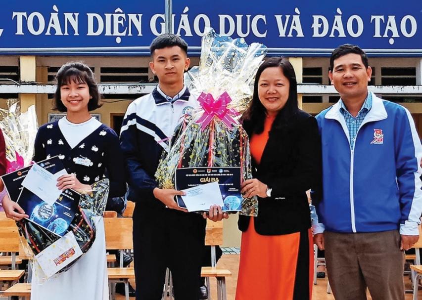Hai em Phương Uyên và Công Minh được nhà trường và Thành Đoàn Bảo Lộc biểu dương về sáng kiến Real Act.