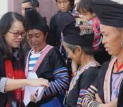 Thứ trưởng, Phó Chủ nhiệm UBDT Hoàng Thị Hạnh  tặng quà cho đồng bào xã Tà Tổng  nhân chuyến công tác.