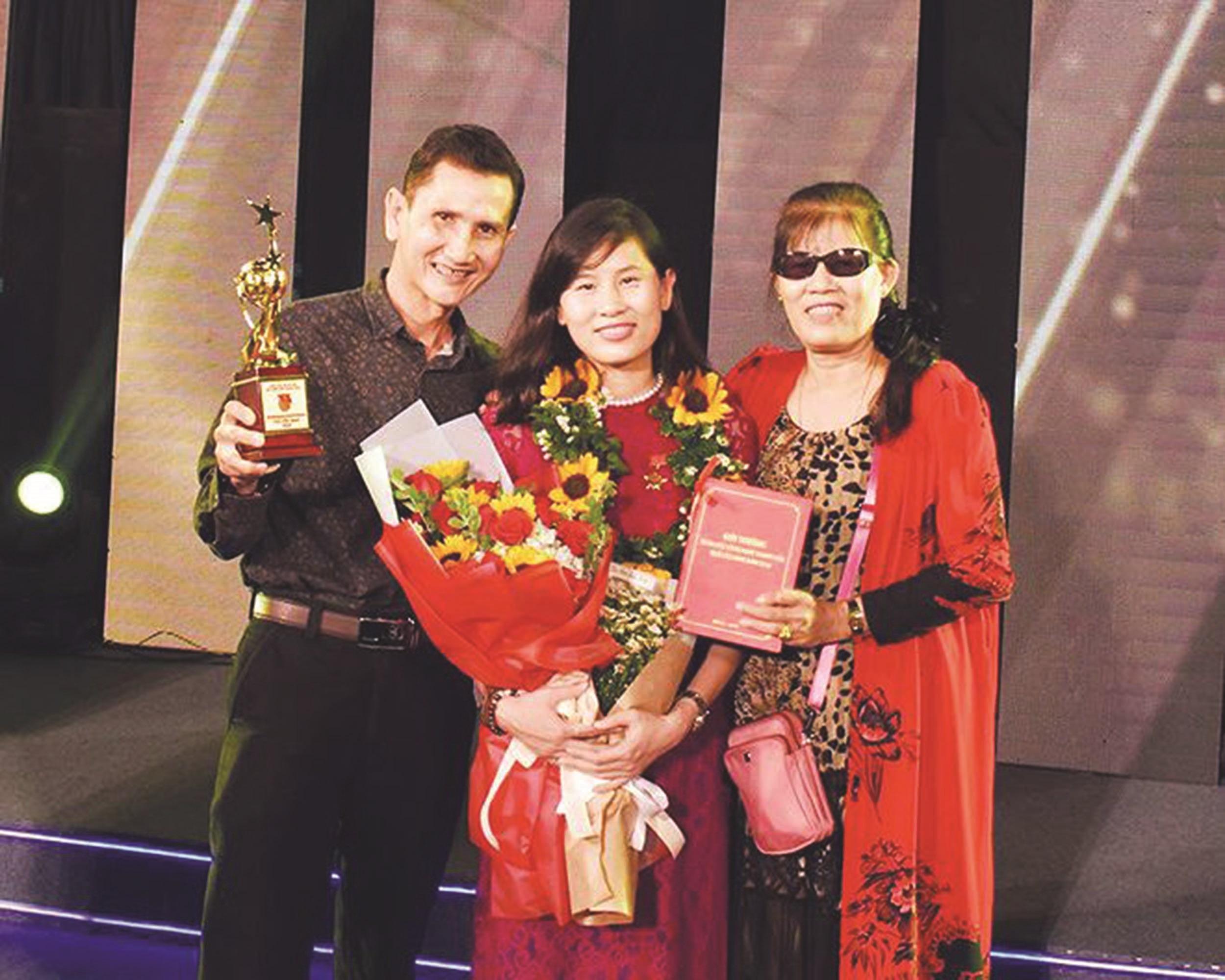 Trịnh Kiều Thế Loan chụp hình cùng ba mẹ trong buổi Lễ nhận Giải thưởng Quả Cầu Vàng năm 2018.