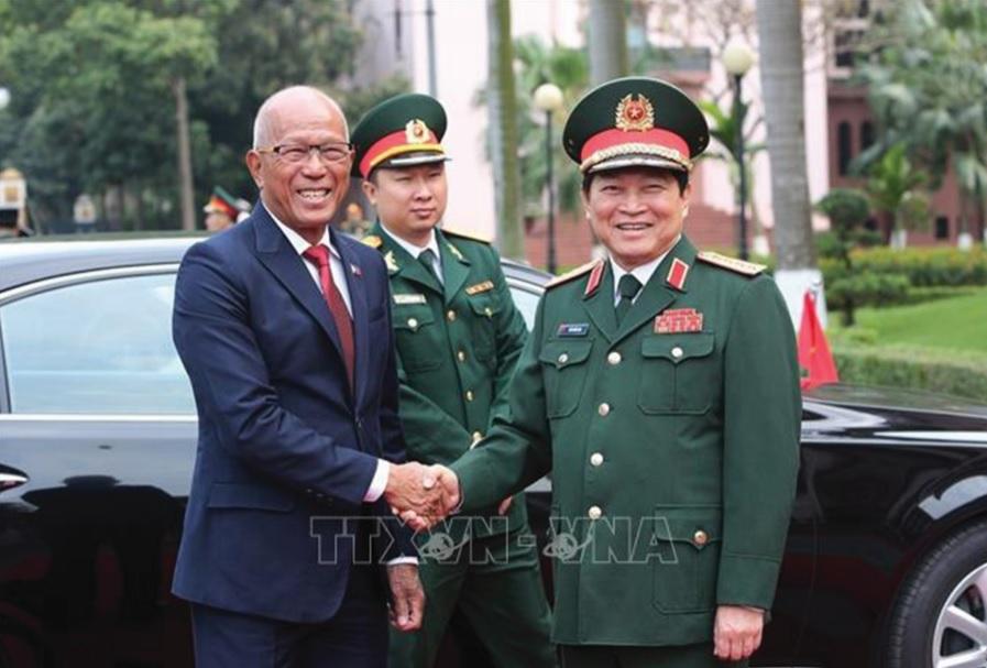 Đại tướng Ngô Xuân Lịch Bộ trưởng Bộ Quốc phòng Việt Nam đón Bộ trưởng Delfin Negrillo Lorenzana.