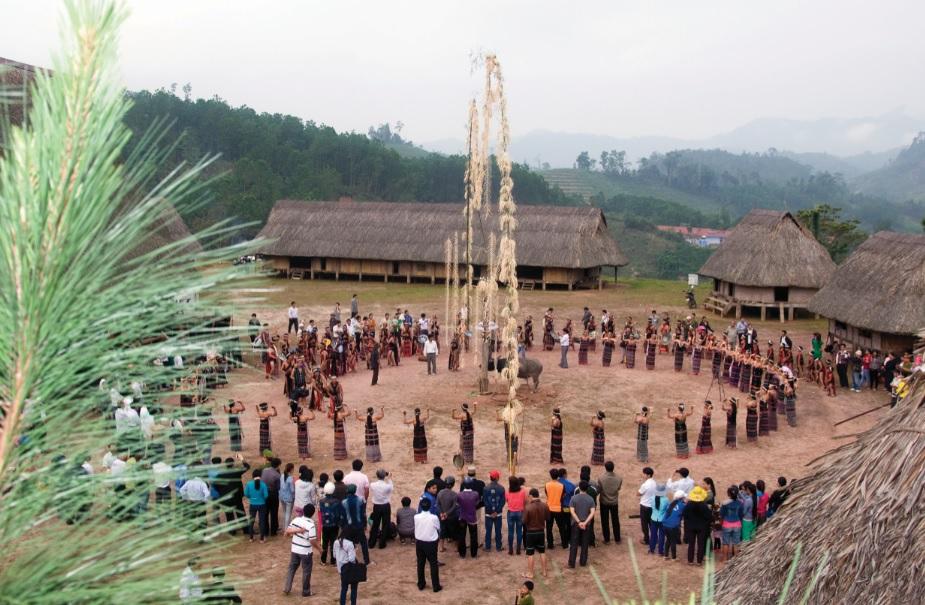 Lễ hội mừng mùa được tổ chức tại Làng văn hóa Cơ-tu Tây Giang.