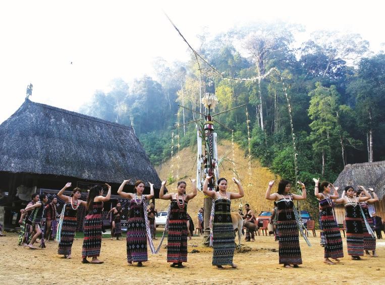Điệu múa Tân tung za zá trong lễ Tạ ơn rừng.