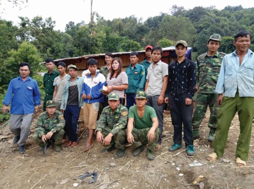 Cán bộ chiến sĩ Đồn biên phòng Ka Lăng thường xuyên gần gũi tham gia các hoạt động với bà con Nhân dân xã Tá Pạ.