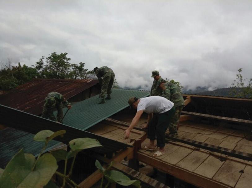 Cán bộ chiến sĩ Đồn biên phòng Ka Lăng giúp các hộ ở bản Là Si dựng nhà.