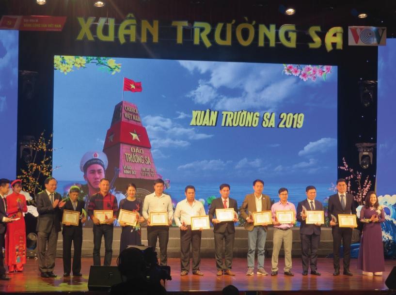 """Ban Tổ chức trao tặng giấy chứng nhận và Kỷ niệm chương cho các cá nhân, tập thể tham gia đồng hành cùng Chương trình """"Xuân Trường Sa"""" năm 2019"""