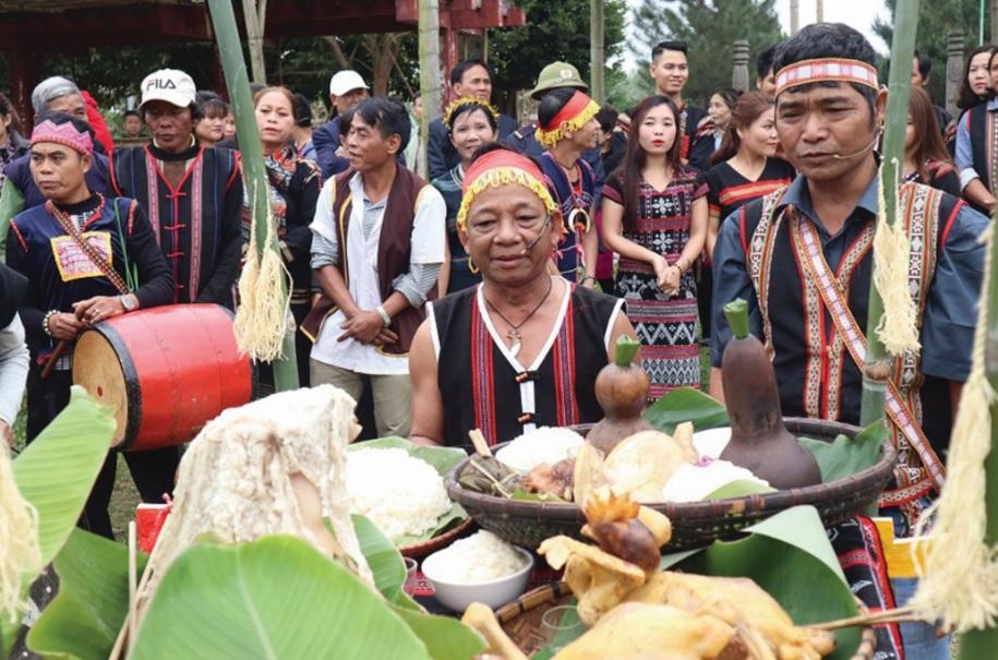 Thầy cúng làm lễ xin thần linh cho hạt giống khỏe mạnh, cây cối lên nhanh, mưa gió thuận hòa, lúa về trĩu hạt, bắp thì đầy kho.