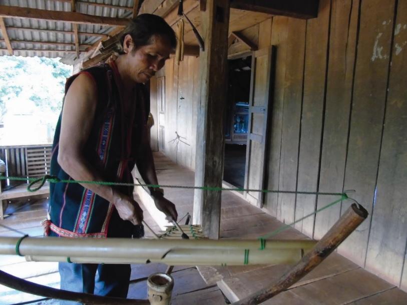 Nghệ nhân Rơ Chăm H'Mút biểu diễn đàn T'rưng do mình tự chế tác.