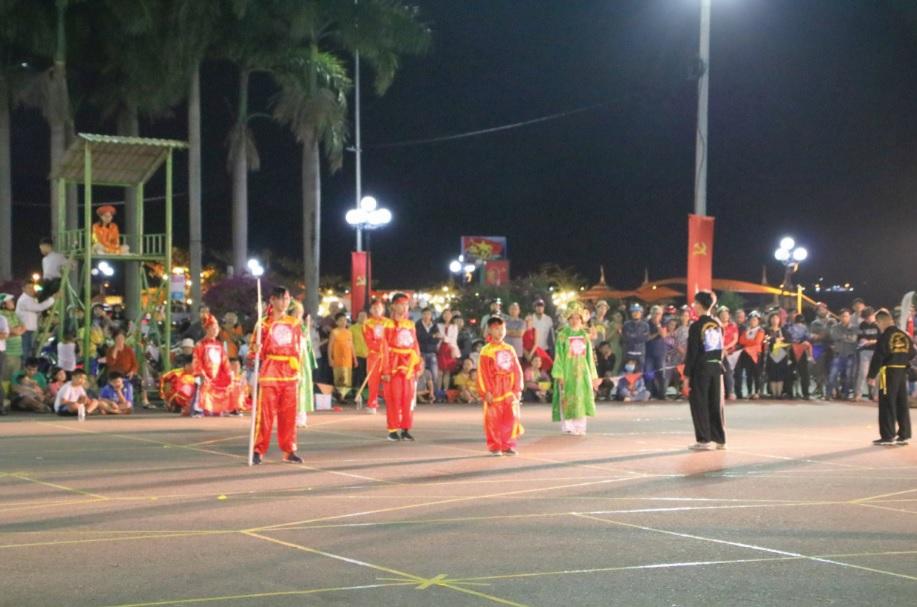 Thi đấu cờ người là hình thức biểu diễn võ thuật độc đáo được tổ chức vào dịp Tết.