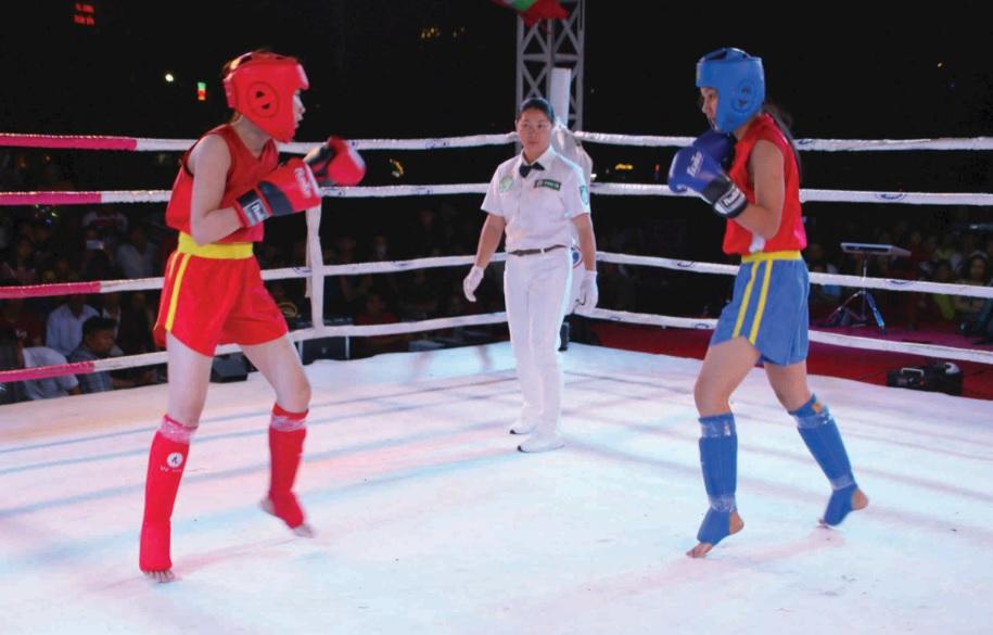 Các võ sĩ thi đấu trong Đêm võ đài Bình Định thu hút nhiều khán giả đến thưởng thức và cổ vũ.