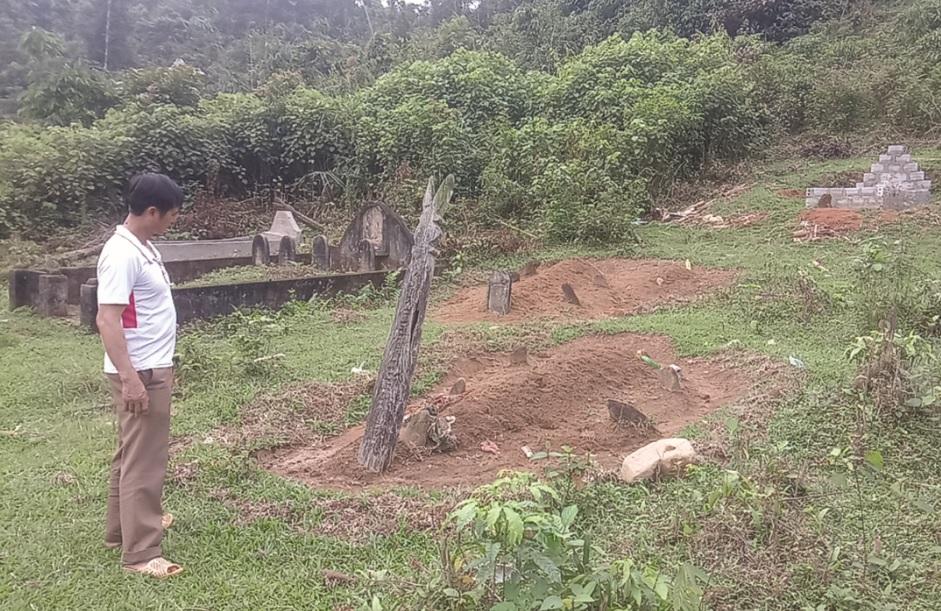 Người dân chôn cất người quá cố trên đất rừng phòng hộ Lang Chánh.