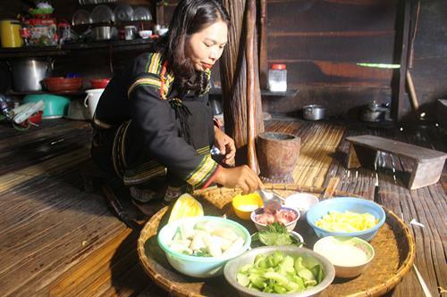 Chị H'Linh Ayun chế biến món ăn truyền thống của người Êđê.