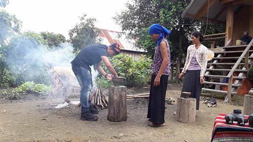 Phụ nữ Mnông truyền dạy nghề gốm