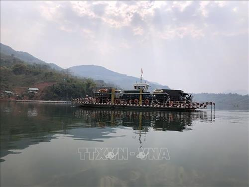 Phà ở bến Nậm Ét, huyện Quỳnh Nhai, hầu hết chỉ phục vụ xe ô tô, còn người và xe máy chủ yếu đi thuyền nhỏ. Ảnh: Hữu Quyết – TTXVN