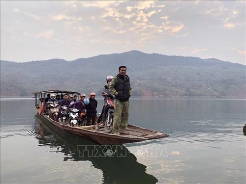 Mặc dù có phà lớn, nhưng người dân tại huyện Quỳnh Nhai vẫn sử dụng thuyền nhỏ để đi lại. Ảnh: Hữu Quyết – TTXVN