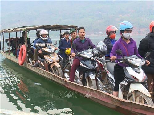 Người dân đi trên thuyền trên lòng hồ nhưng không mặc áo phao để đảm bảo an toàn. Ảnh: Hữu Quyết – TTXVN