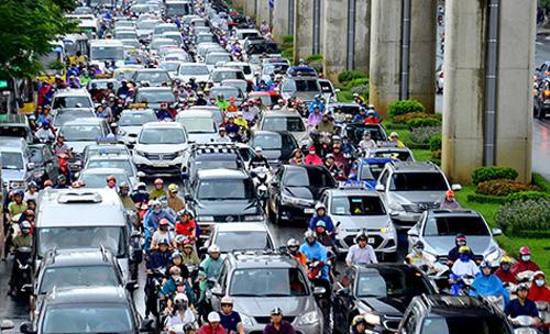 Theo đánh giá từ Viện chiến lược và phát triển GTVT (Bộ GTVT), ùn tắc giao thông gây thiệt hại cho TP Hà Nội mỗi năm khoảng 1-1,2 tỷ USD. (Ảnh: TA)