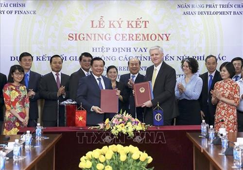 Bộ trưởng Bộ Tài chính Đinh Tiến Dũng (bên trái) và Giám đốc quốc gia ADB tại Việt Nam Eric Sidgwick ký Hiệp định vay vốn. Ảnh: Phạm Hậu – TTXVN