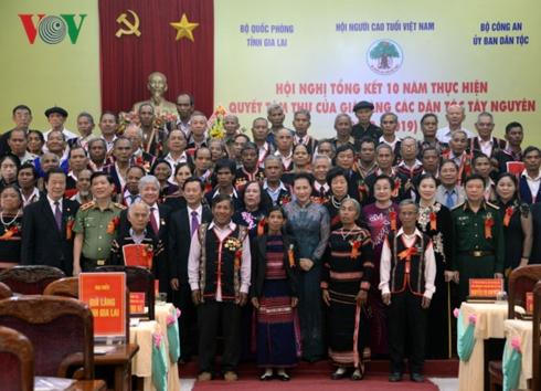 Chủ tịch Quốc hội chụp ảnh lưu niệm cùng các Già làng. Ảnh: VOV