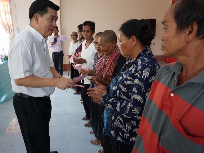 Thứ trưởng, Phó Chủ nhiệm UBDT tặng quà cho một số hộ gia đình tại xã Châu Lăng, huyện Tri Tôn ( An Giang)