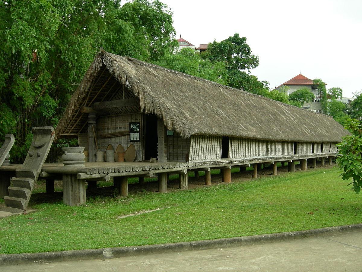 Nét đặc sắc trong kiến trúc ngôi nhà Dài của dân tộc Ê-đê ở Tây Nguyên. (Trong ảnh: Nhà dài của đồng bào Ê-đê được phục dựng tại Bảo tàng Dân tộc học, Hà Nội)