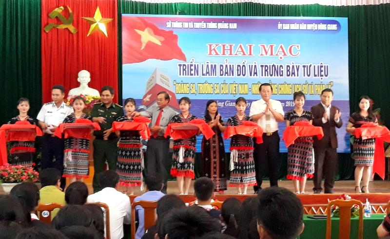 """Cắt băng khai mạc triển lãm """"Hoàng Sa, Trường Sa của Việt Nam-Những bằng chứng lịch sử và pháp lý"""" tại huyện Đông Giang"""