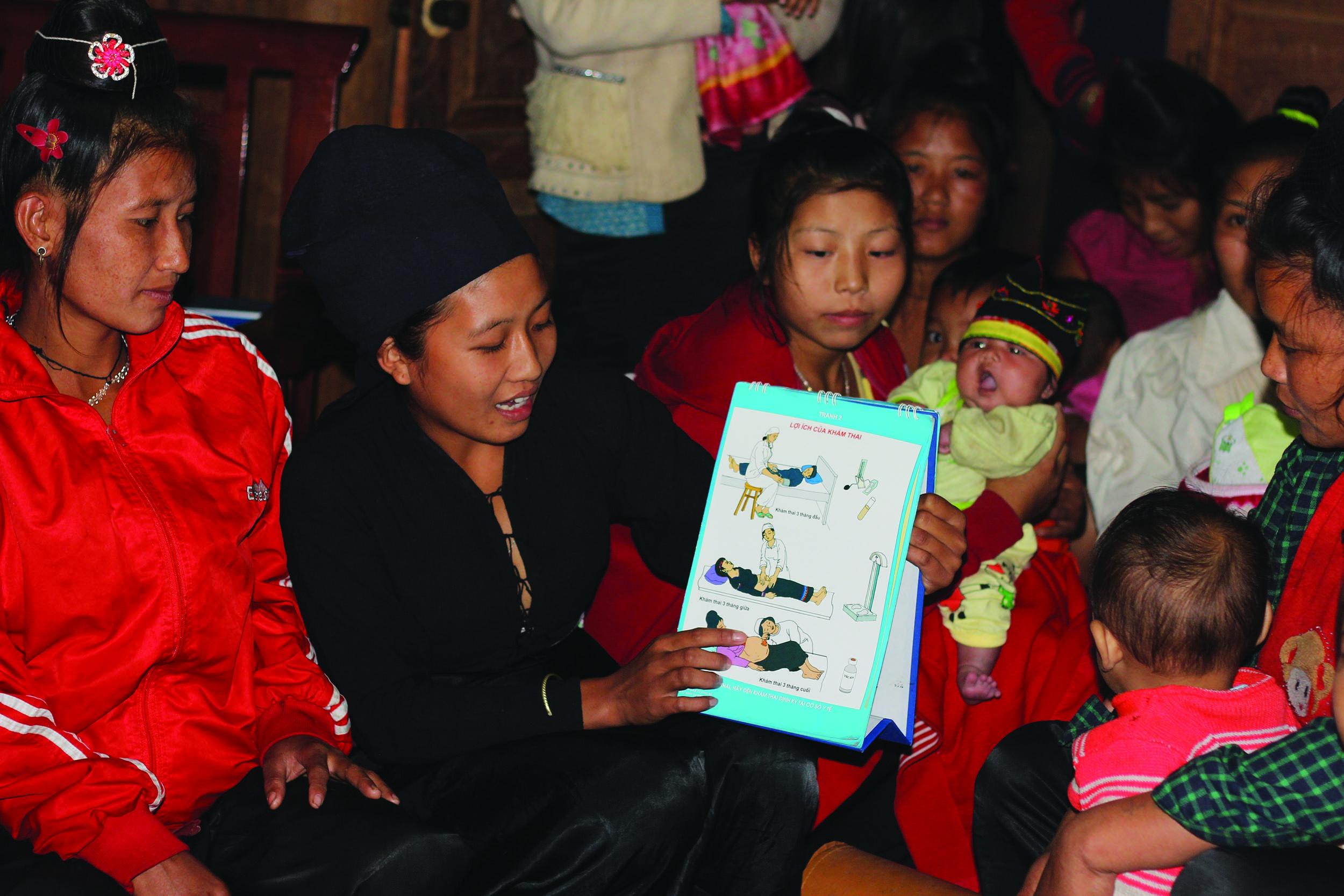 Cán bộ y tế tuyên truyền về chăm sóc sức khỏe cho đồng bào dân tộc Cống, xã Pa Tần, huyện Nậm Pồ, tỉnh Điện Biên.