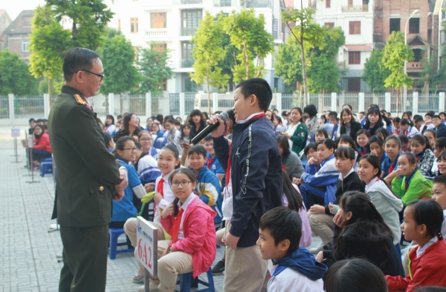 Chuyên gia Đào Trung Hiếu đang chia sẻ kỹ năng phòng chống xâm hại tình dục cho trẻ em tại một trường tiểu học.