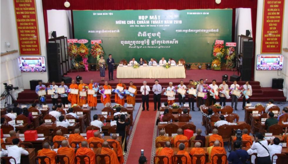 Ông Huỳnh Văn Hồng Ngọc, Trưởng Ban Dân tộc TP. Hồ Chí Minh và Hòa thượng Danh Lung trao quà cho các hộ Khmer khó khăn nhân dịp Tết Chôl Chnăm Thmây năm 2019.